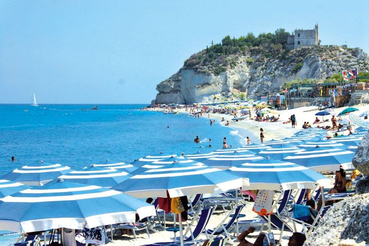 <p>Hotel Santa Lucia ligt boven de zee, genesteld te midden een grote tuin en omgeven door typisch lokale planten. Aan het zwembad is het aangenaam vertoeven. Het mooie panoramische zicht is een pluspunt van dit hotel. Het gekende stadje Tropea en het strand liggen op slechts enkele kilometers.</p>
