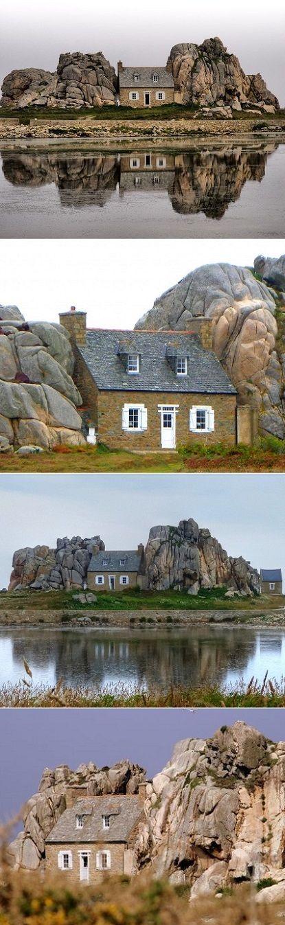 Castel Meur Plougrescant, une petite maison de pierre construite et enchâssée entre deux énormes blocs de granit. Entourée d'un muret de pierre, elle a été construite en 1861 à quelques mètres d'un gouffre.