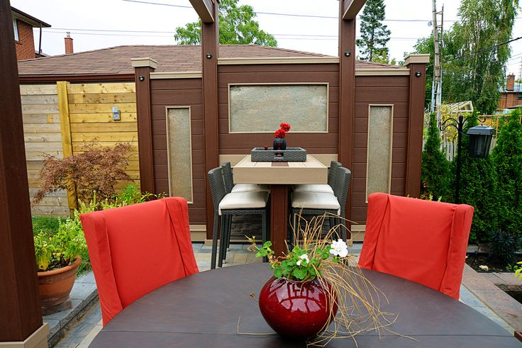 Dining in comfort and style! Plus a built in breakfast bar. Deck Design by Paul Lafrance Design.