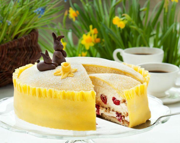 Ljuvlig tårta som med sin gula marsipan för tankarna till en stor påsklilja. Färskost ihop med grädde ger tårtan frisk smak!