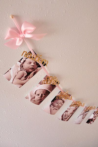 Display bab'ys year in pictures with a garland, the perfect decor for a first birthday party! | First Birthday Party Decorations | Photo: Etsy / ConfettiMommaParty