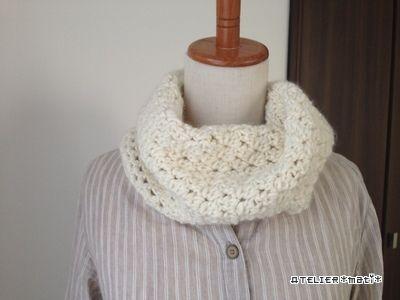 極太糸で編んでいたスヌードの編み図、完成しましたので、掲載します^^編み方も本体は長編み2目一度を繰り返すだけ…縁編みもネット編みなど簡単に編める編み方にしてみました^^極太糸なので、ザクザク編めて、すぐに完成します!首