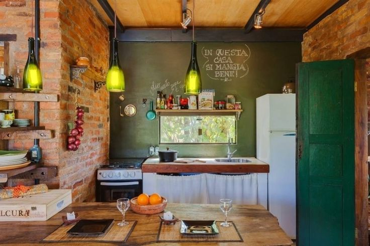 Rustic style kitchen with modern touches, brick wall and eat-in table. #interiodesign #kitchen Casa ReFit : by Ferraro Habitat