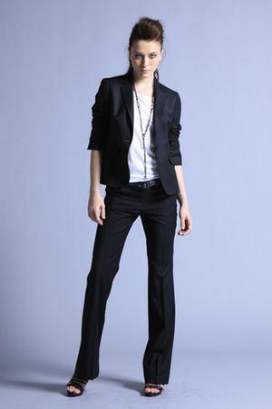 黒のパンツスーツ コーデ画像