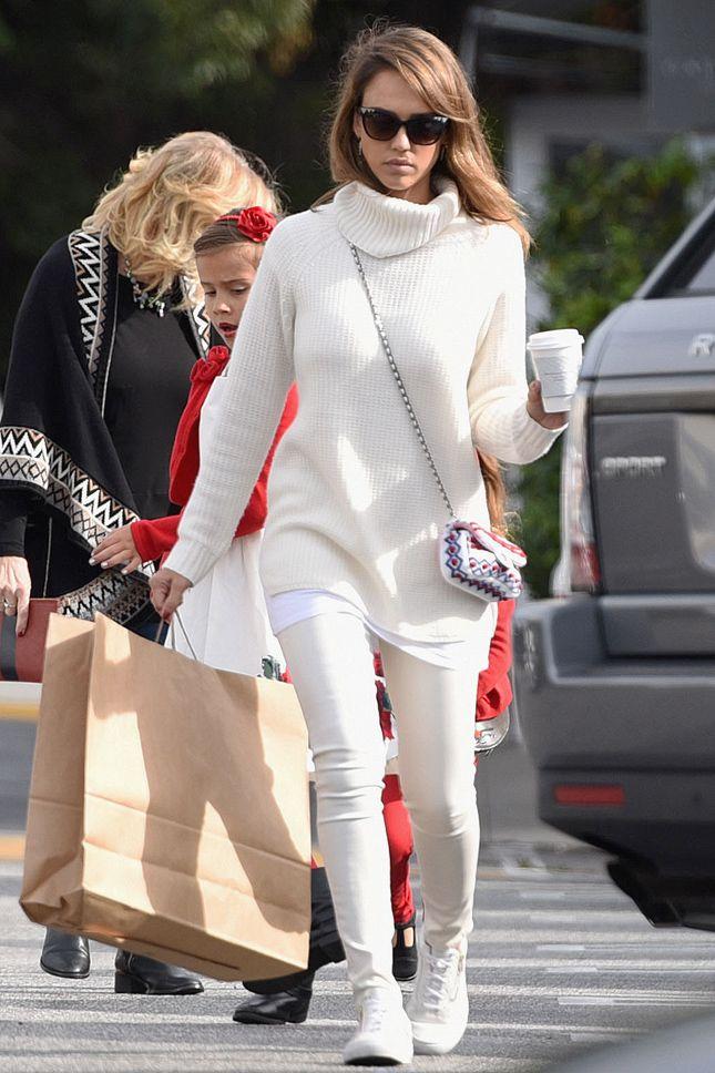 Джессика Альба с сумкой Chanel в Брентвуде