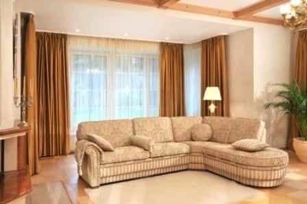 Угловой диван в интерьере гостиной
