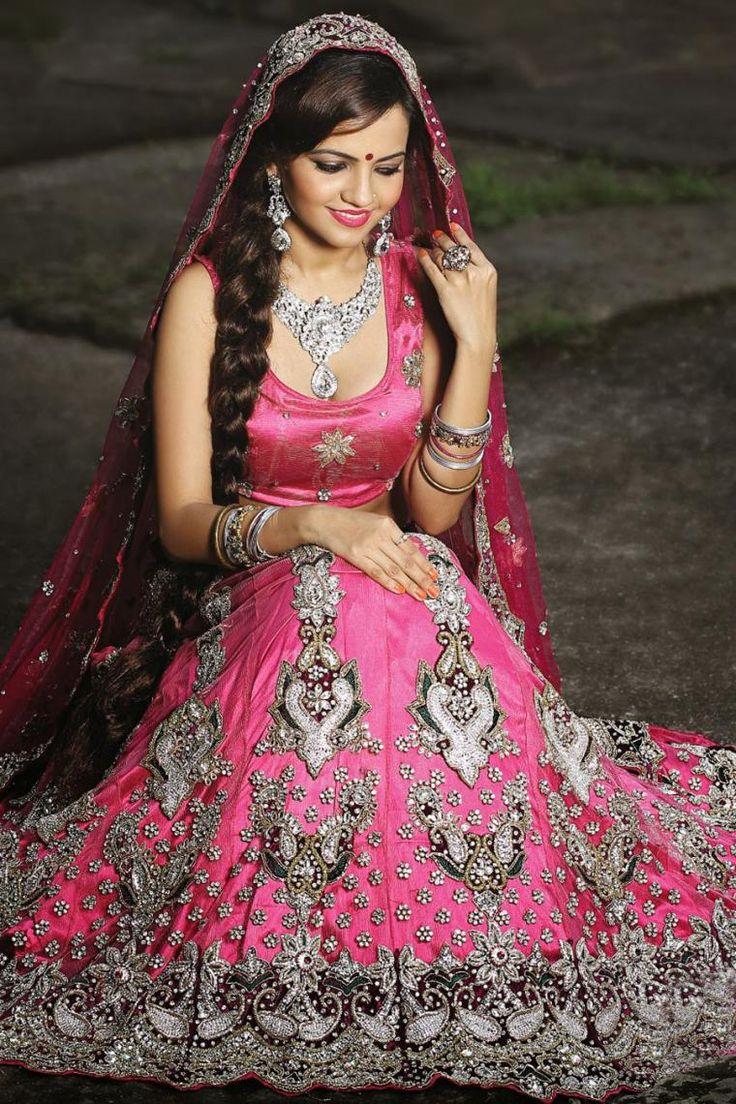 Традиционная индийская свадьба — это волнующее и тщательно продуманное событие с застенчивой невестой в центре внимания. Индийская невеста имеет очень широкий выбор свадебного наряда, чтобы сверкать, мерцать и переливаться в красивых тканях отличнейшего качества с вышивкой и изысканными украшениями. Несмотря на то, что повседневная индийская одежда — это сари, гагра чоли, лехенга и…