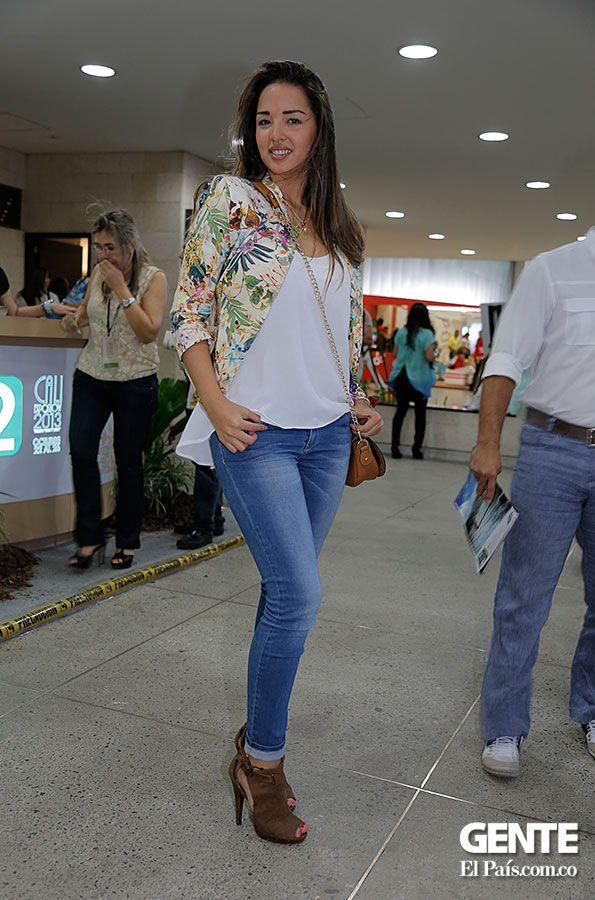 Los blazers estampados también están in, y son una excelente opción para usar en eventos de día. Combínalos con los tradicionales jean y tendrás un look muy chic. http://elpais.com.co/gente