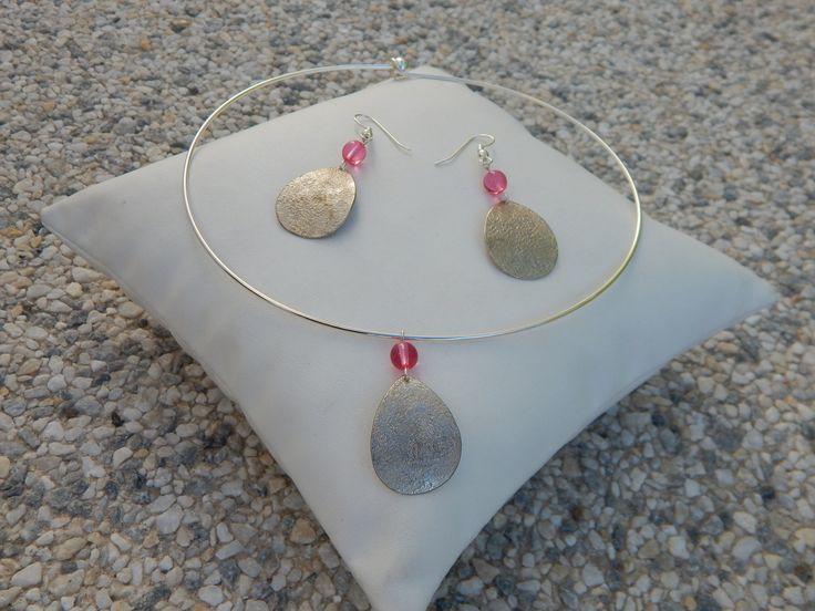 """Parure """"Goutte"""" argentée perles rose fuchsia (boucles et collier assortis) : Parure par bijou-lie"""