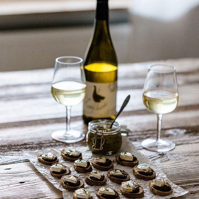 Werbung // Ich liebe Fingerfood! Heute gibt's Crostini mit selbstgemachtem Steinpilzpesto und Ziegenkäse ❤️ Dazu ein Gläschen Weißwein, den ich in einem besonderen Shop geordert habe. Die Rezepte und ein paar Worte über Weingood, den Shop, findet ihr jetzt auf dem Blog.
