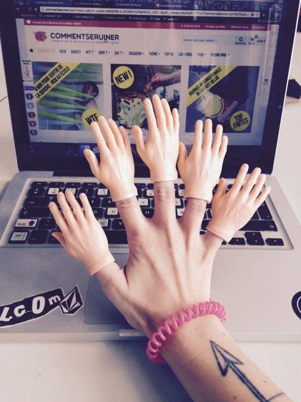 Give me fiv... on sait plus trop là ! Dédiées à tous ceux qui n'ont que deux mains C'est plus qu'un déguisement Avoir pleins de mains c'est super utile Par lot de 5 mains, une par doigt !