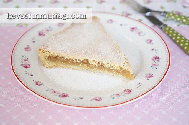 Ağızda Dağılan Elmalı Pasta Tarifi - Malzemeler : 250 g soğuk tereyağı, 400 g un, 3/4 su bardağı pudra şekeri, 1 yumurta sarısı, 1 paket vanilya, 1 çimdik tuz, 1 buz küpü. 4 adet büyük kırmızı elma, 4 yemek kaşığı şeker, 3/4 su bardağı ceviz, 1 çay kaşığı tarçın. 1 yemek kaşığı pudra şekeri.