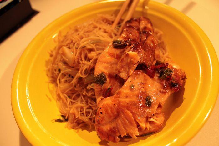 Salmão marinado no shoyo e açúcar mascavo com Rice Vermicelli.