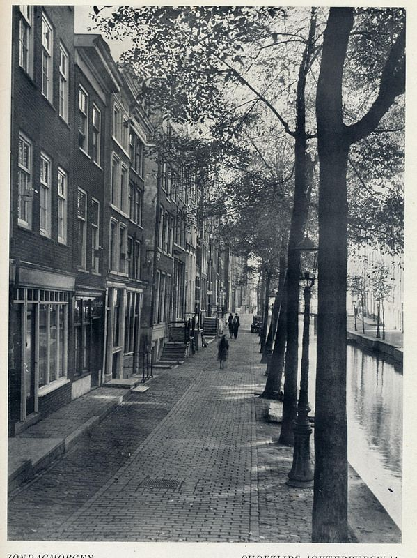 1958. Sunday morning on the Oudezijds Achterburgwal in Amsterdam. Photo Jaap Doeser. #amsterdam #1958
