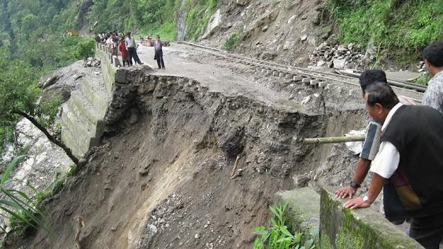 Deslizamiento de ladera con carretera y camión incorporados