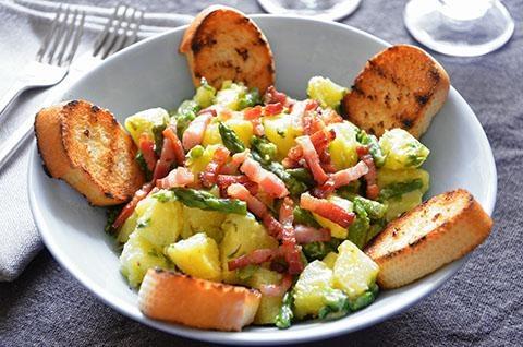 #Insalata di #asparagi e #patate. La #ricetta dell'insalata di asparagi, patate e pancetta croccante è particolarmente sfiziosa. Si tratta di un'insalata ricca e gustosa perfetta anche come piatto unico accompagnata da croccanti #crostini di pane. Potete gustare l'insalata di asparagi e patate tiepida oppure fredda.