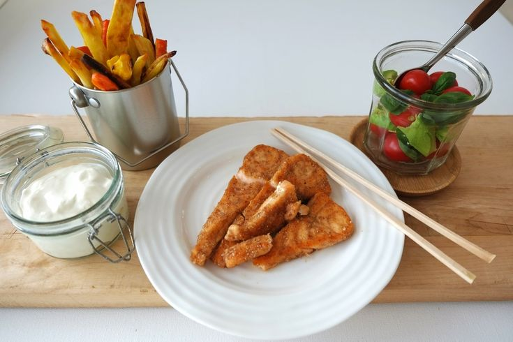 Denne middagen er en av våre hverdagsfavoritter. Den er sunn,rask (nok)og  smaker utrolig godt.De aller fleste oppskrifter påhjemmelagde fiskepinner  innebærer rulling i både egg, hvetemel og brødrasp, men har du her en  ekspress-variant der laksestykkene kun rulles i grovt rugmel blandet med