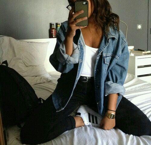 Giacchetto di jeans+ maglietta+ jeans neri+ adidas bianche