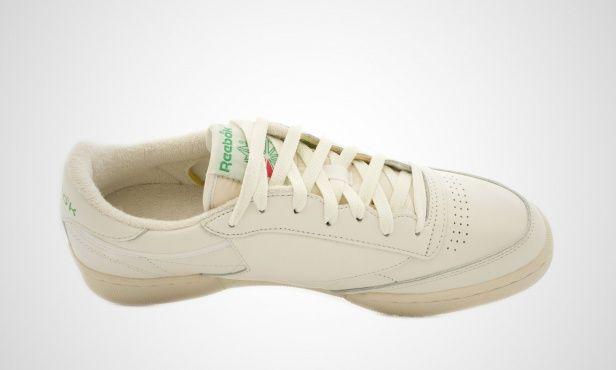 Für Reebok steht Tradition und Authentizität an erster Stelle: Statt auf ausgefallene, futuristische Modelle zu setzen, bleiben die Macher von Reebok lieber ihren Wurzeln treu und präsentieren mit dem Club 85 den nächsten Klassiker aus den 80er Jahren.     Zur Freude der Retro-Fans hat sich der Sneaker optisch im Vergleich zum Vorbild von 1986 kaum verändert, an neuen technischen Features wurde allerdings nicht gespart. So stattet Reebok den Klassiker mit einer Eva-Midsole für die optimale…