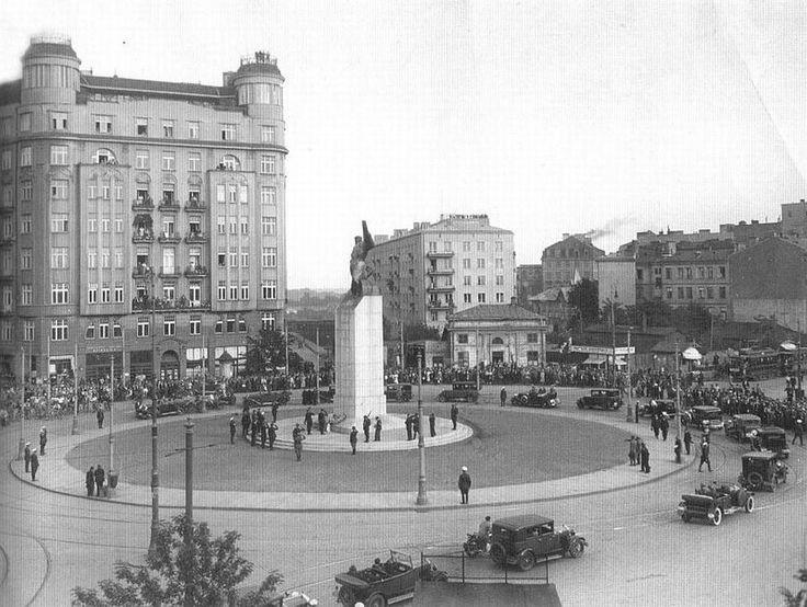 """11 listopada 1932 , Plac Unii Lubelskiej - odsłonięcie pomnika Lotnika autorstwa Edwarda Wittiga. Fotografia z albumu """"Polska międzywojenna""""."""
