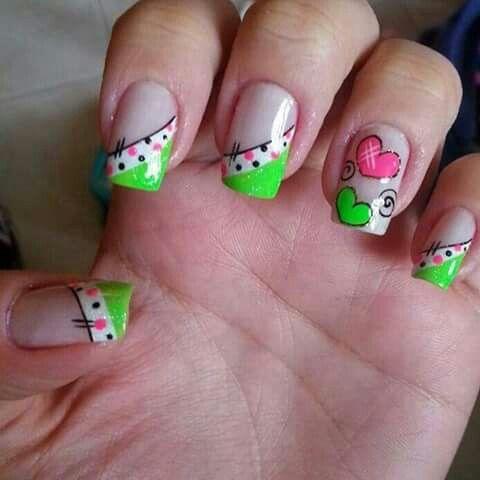 uñas decorado lateral verde y blanco puntos y corazon