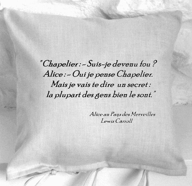 """""""Chapelier fou"""" Housse de coussin lin gris Alice in Wonderland : Textiles et…"""