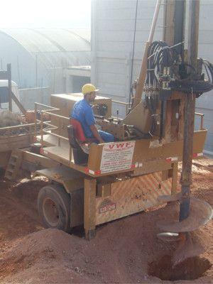 A Hélice contínua é uma estaca de concreto moldada, onde é inserida através da perfuração do terreno realizada com o auxílio de equipamentos.