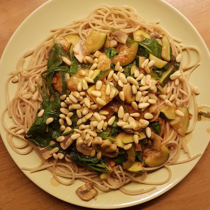 Pasta pesto met spinazie, champignons en zongedroogde tomaat. Heerlijk vegetarisch recept