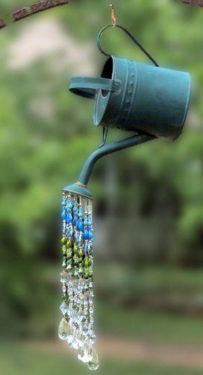 Zet deze rustieke gieter zon catcher in uw tuin en voeg een beetje wow & pizzazz! Geregen met mooie blauw & groen peacock gekleurd acryl kralen en heldere acryl waterdruppel kralen. Echt verblindt & sparkles wanneer de zon de duidelijke kralen raakt! Een one-of-a-kind-item van Willow Tree Loft. -Opknoping totale hoogte: ongeveer 31 -Gieter * ingang naar tuit: 16 * 11 hoog * 6,5 breed -12 strengen van acryl kralen geregen op 50 pond. mono-filament