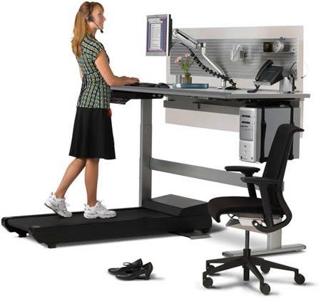 Het loopbandbureau: Toegegeven: de hele dag stilzitten is niets voor ons. Net daarom vinden we dit bureau de max, want het is voorzien van een loopband. Natuurlijk moet je niet de hele tijd rondlopen, het bureau is in hoogte verstelbaar. Je kan dus ook gewoon op je bureaustoel zitten. Maar dan verbrand je tijdens het werken natuurlijk geen calorieën. Je computer houdt bovendien bij hoeveel calorieën je verbrand hebt. Enne… geen nood, de Sit-to-Walkstation is naar verluidt erg stil. Hij zal…