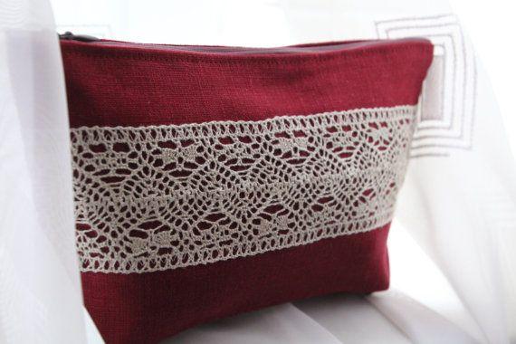 Lichte kers rood linnen met wit kant, make-uptasje