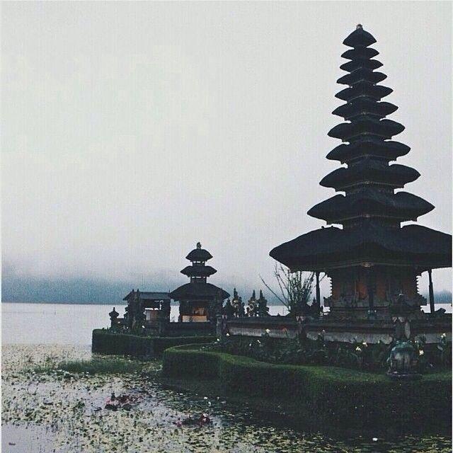 Heres another fascinating #awesomeplaceinbali. This good-looking shots taken by #baliislandphotog @ardra_papoy taken at Pura Ulundanu Bedugul   ------------------------------------ #bali #baliisland #explorebali #jelajahbali #awesomeplace #awesomeplaces