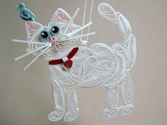 Cela piquants / minou filigrane suspendus ornement est davoir tant de mal voyant loiseau bleu de bébé qui vient datterrir sur son oreille. Un one-of-a-kind sur blanc kitty avec des yeux de couleurs bleu et un oiseau bleu sur loreille. La dernière photo montre les mesures pour le chat kitty en pouces. Lornement de kitty arrive prêt à donner dans sa propre boîte cadeau marron ; mesure 5 1/2 x 3 1/2 x 1 et une étiquette cadeau merveilleux avec une silhouette de chat kitty piquants.  Lornement…