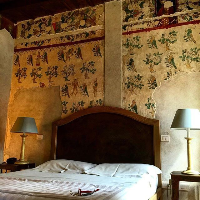 #hotel#Monastery#Abbaye#수도원#charming #부띡호텔#instatravel#trip#lux#wall#painting #antique#history#역사#interiordesign#인테리어 #디자인#boutiquehotel#charmingHotel#여행스타그램#여행#vacation . 600년 넘은 벽화가 방에 떡하니  그려져 있다. . The Hotel de Charm Room are set in this historical house that once was Saint Jonn's medieval convent Finely restructuredto put the original 15c beauty together with the comfort of four star hotel. It's placed in the historical centerjust right beside to the old church. Old romantic streets are…