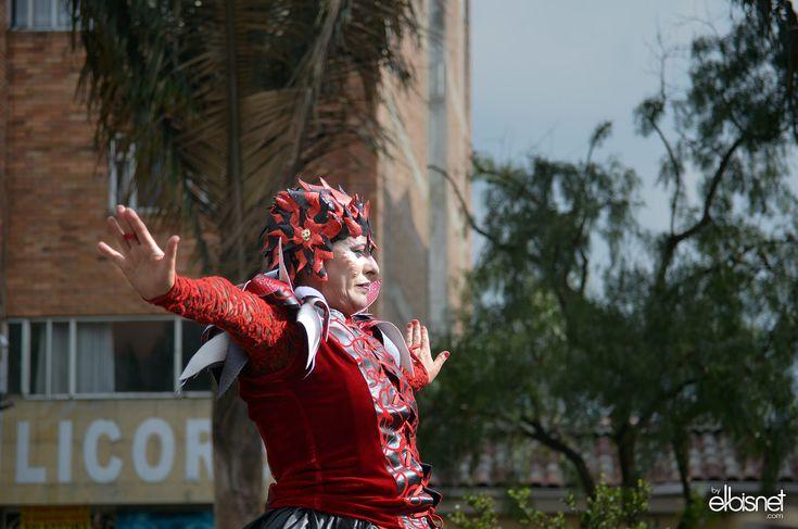 https://flic.kr/s/aHsmczMwXY | Festival de Teatro de Bogota 2018 | Desfile Inaugural FITB MAR17/18  EL RIO DE LA MEMORIA HOMENAJE AL TEATRO COLOMBIANO Desfile Inaugural del Festival Iberoamericano de Teatro de Bogotá 2018. La ruta elegida se inicia en el Parque De Los Periodistas y termina en la Plaza de Bolívar. El comienzo sucede en un lugar importante de la topografía cultural de la ciudad. Punto de antiguos rituales, lugar entre dos cerros tutelares, situado en la ribera del Río Vicacha…