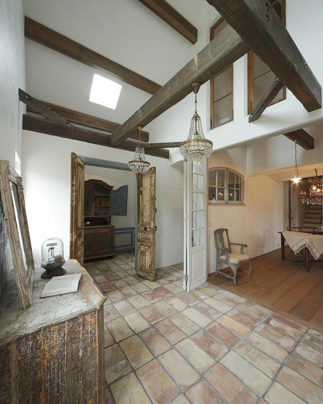 素材感の違う床の組合せが 外国風 かっこいい家 かっこいいインテリア