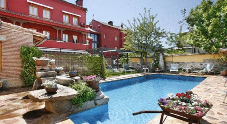 Hotel Rincon de Traspalacio Robledo De Chavela Situated in Robledo de Chavela, Hotel Rincon de Traspalacio is surrounded by a stunning natural landscape and offers a seasonal outdoor pool. The inviting, country-style lounge includes a fireplace.