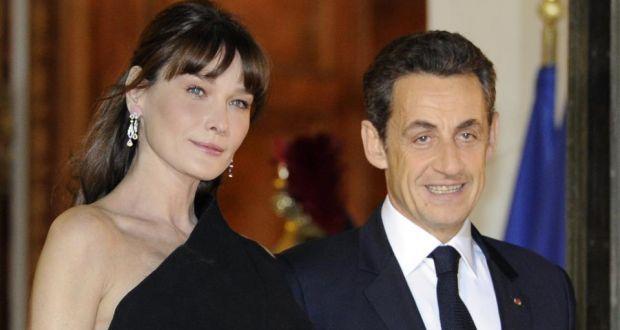 Carla Bruni - En Francia, en plenas funciones, el ex presidente Nicolás Sarkozy anunció su relación con la cantante y modelo Carla Bruni. Fue aceptada, aunque no se puede decir lo mismo del actual mandatario, François Hollande, a quien le descubrieron un romance con la actriz Julie Gayet.