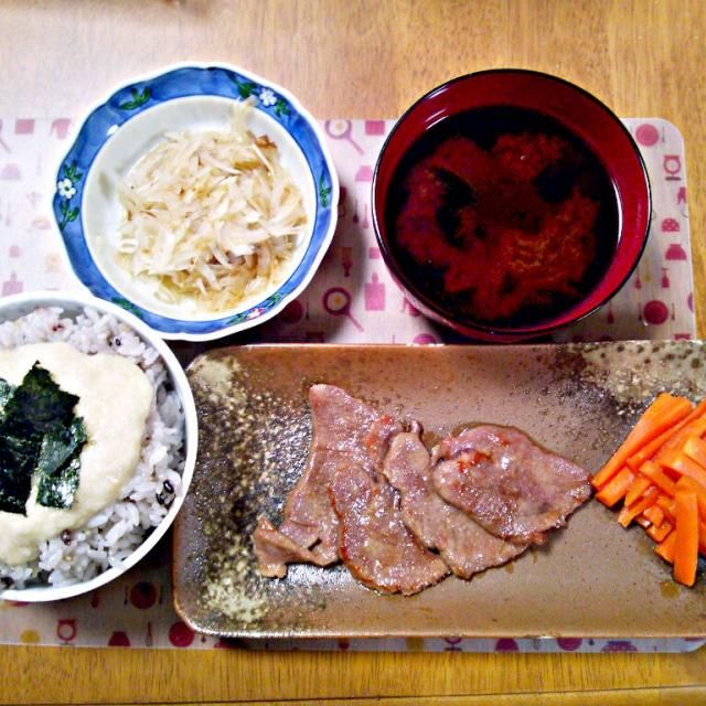 お土産で頂いた牛タン~おいしい~ - 7件のもぐもぐ - 4月19日 とろろご飯 牛タン焼き にんじんの浅漬け 玉ねぎサラダ お味噌汁 by sakuraimoko