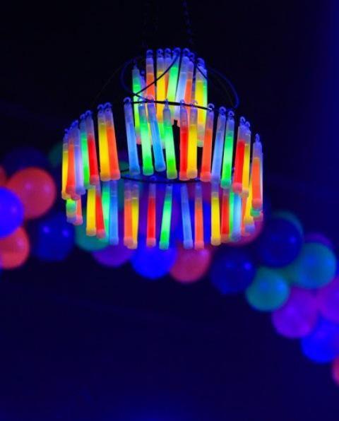 7 best 23 Erstaunliche Neon-Halloween-Dekoration-Ideen images on - sweet 16 halloween party ideas
