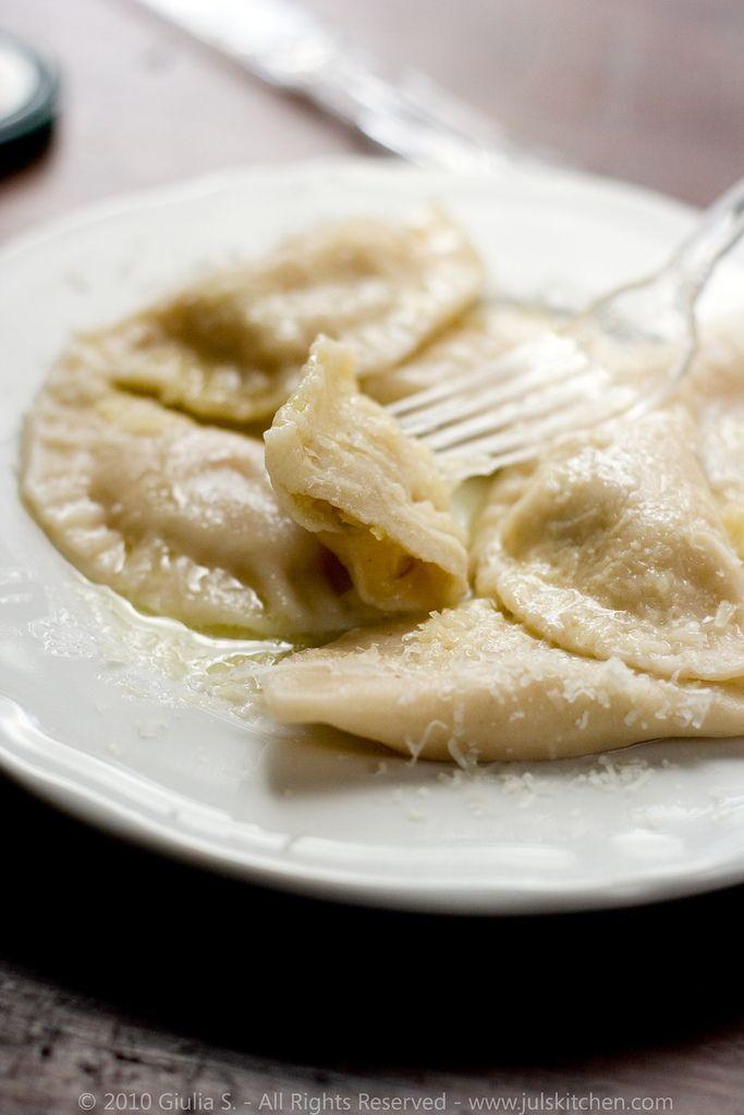 Il post di oggi è tutto per Rossella e il suo blog event Cjalsòns 2010. Lascio dunque a lei il compito di introdurre cosa siano questi agnolotti tipici della Carnia: I Cjalsòns sono uno dei piatti tipici della regione Friuli…
