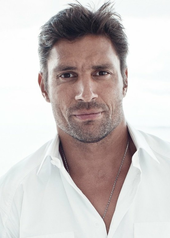 Manu Bennett... LOVE. And, he breakdances too!