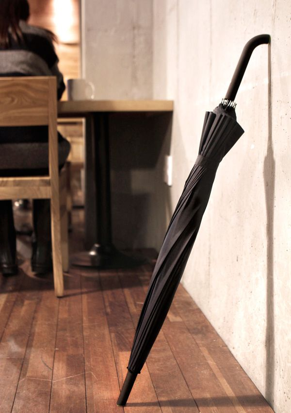 Lean-able Umbrella by Cheol Woong Seo and Jae Hee Park facil de encostar à parede sem que deslize/caia