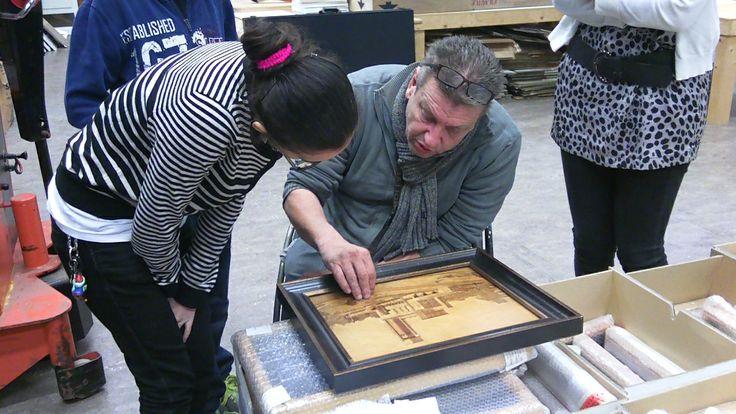 Rob vertelt hoe dit hout schilderij is gemaakt.