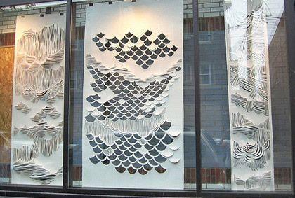 La vitrine d'un magasin amércian de la marque branchée Urban Outfitters a été relookée par les soins de la designer Amy Soczka-Marcella. C'est à coups de ciseaux dans des grands lés de papier blanc, que la l'artiste a habillé la vitrine en toute légèreté. Un beau travail qui nous rappelle les oeuvres de Jen Stark.