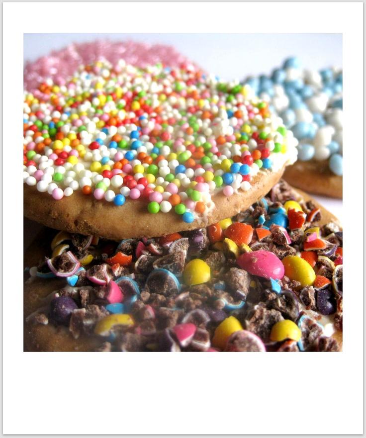 En voor de allerkleinsten pak je koekjes die geschikt zijn vanaf 6 maanden. Beetje boter erop en versieren maar.    Ook erg leuk om te doen als activiteit op een verjaardag, druilerige zondag of kinderopvang.