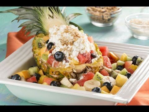 Ensalada de Frutas con Queso Cottage en Barco de Piña