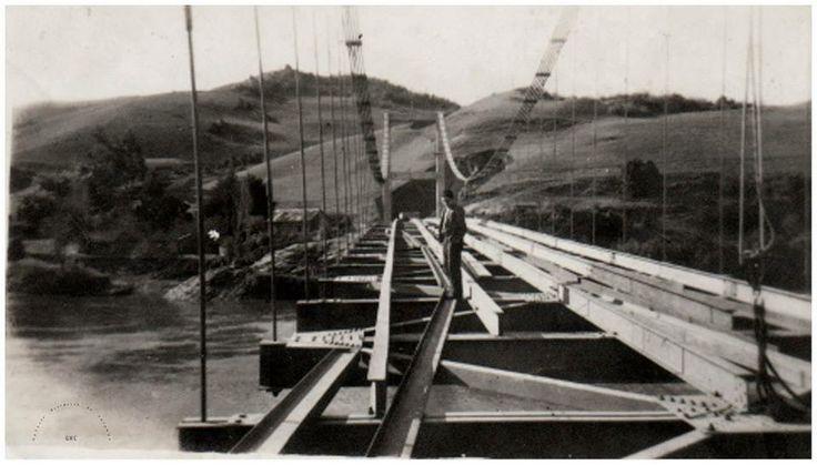 Galería Histórica de Carahue. La construcción del Puente Colgante de Carahue se inició en 1946 y se inauguró en 1949.  #ghc #carahue #memoria #fluvial #patrimoniofotografico