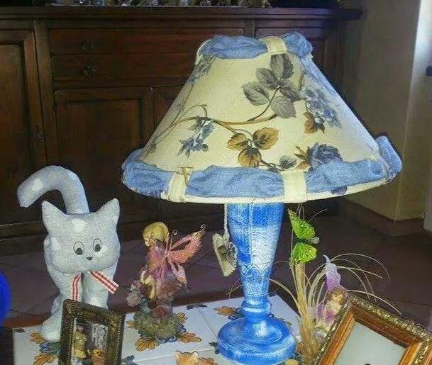 Lampada realizzata con lo stesso tessuto delle tende e il colore della base e' abbinato al resto della casa