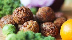 Vegetariska köttbullar - Lakto-ovo-veg sojafärsbollar Vad vore julen utan köttbullar? Genom att göra egna blir konsistensen godare och du kan själv smaksätta bollarna efter eget tycke och smak. Här är de kryddade med julens smaker såsom oregano, timjan, apelsinskal och sambal oelek men möjligheterna är oändliga.